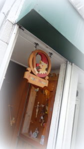 パンチの吊り看板と階段下のオブジェが目印