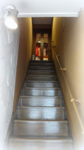 この階段を上がると、パペットハウス